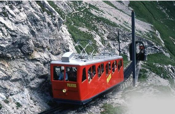 世界zuì陡峭的铁路 列车有一半车身悬空