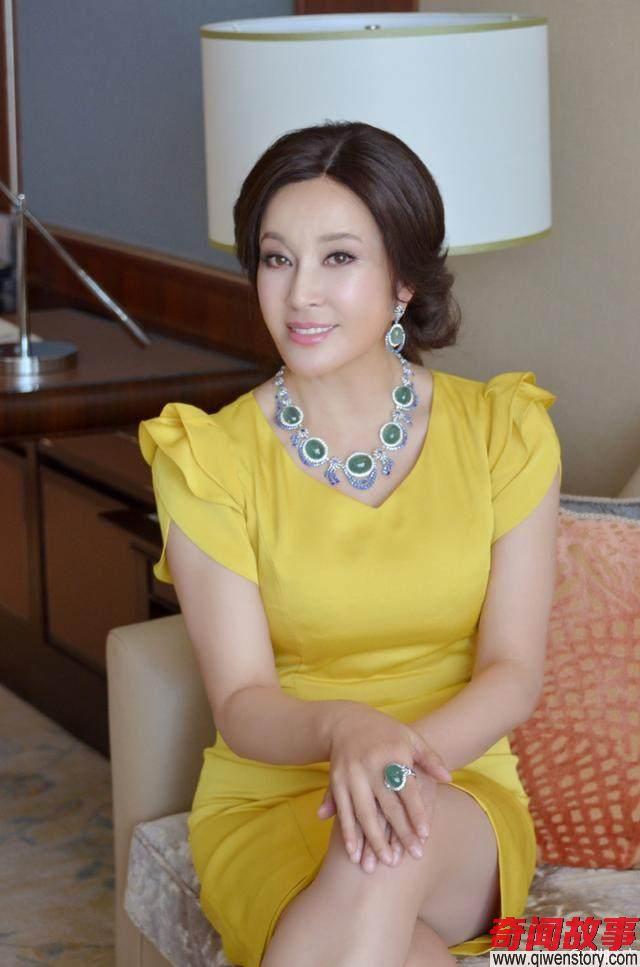 刘晓庆未处理高清照曝光,脸肿脖子骇人 坐在一旁的专家眼神亮了_0