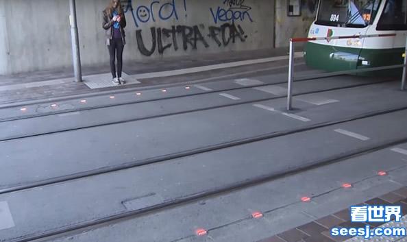 过马路玩手机很危险 德国为低头族设计地面红绿灯