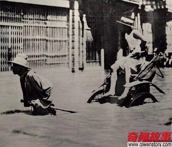 老照片:85年前武汉大水 市民菜照买车照跑