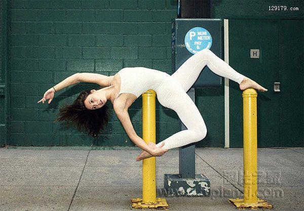 瑜伽女教练街头展现瑜伽魅力 完美身姿引人驻足