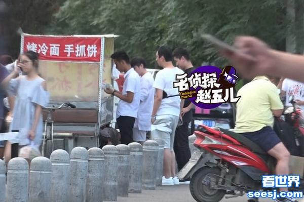 王思聪吃路边摊 网友调侃:国民老公吃手抓饼要放几个鸡蛋