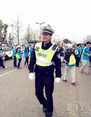交警维持马拉松秩序 因太帅反致交通拥堵