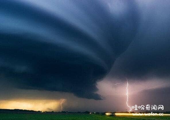揭秘末日景象般的风暴云,从大海袭来的澳洲风暴云就像恶魔降临