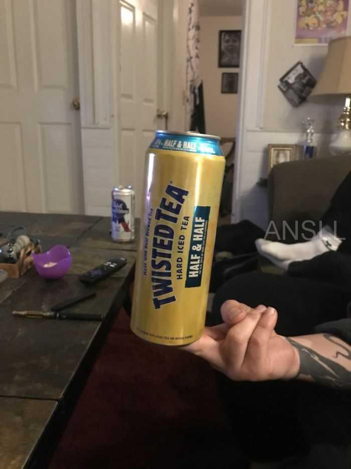 """有人在网上询问""""拿饮料的最糟手法"""",网友给出的搞笑回复"""