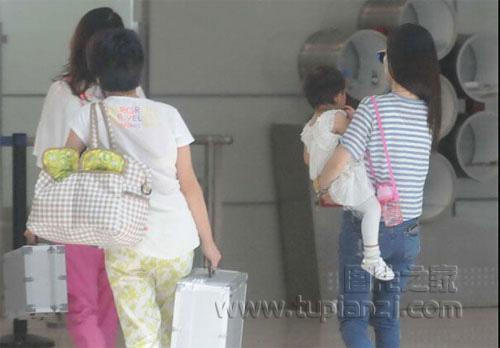 李小璐抱女儿现身机场 见记者忙闪人