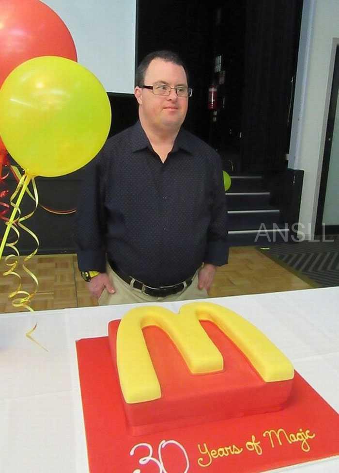 在麦当劳工作了32年后,这个患有唐氏综合症的人终于要退休了