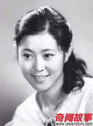 曾是赵忠祥的黄金搭档,年轻时清纯秀美,如今58岁老的让人心酸!