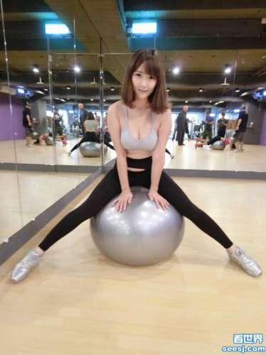 台湾嫩模施菲亚玩瑜伽球秀身材 网友:到底看哪个球