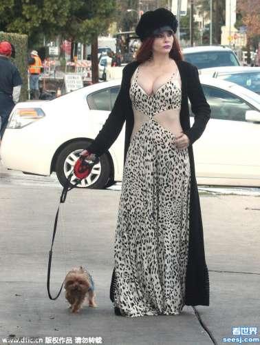 艳星菲比-普莱斯(Phoebe Price)遛娇犬大秀巨乳肥臀