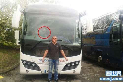 英国男子与巴士合影 照片上却惊现神秘外星人!