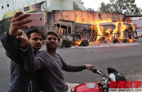 印度人玩的自拍,各种乱,堪称灾难现场!