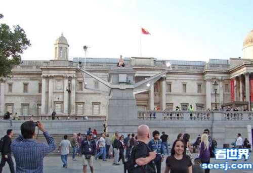 为破吉尼斯世界纪录 英国一美女裸坐广场两个星期