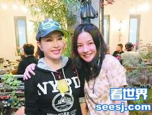 """刘晓庆探班赵薇 """"小燕子""""对天上的云索吻卖萌十分可爱"""