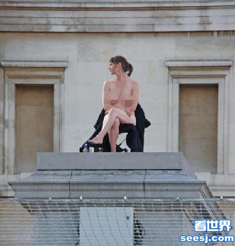 为破吉尼斯世界纪录 英国一美女luǒ坐广场两个星期