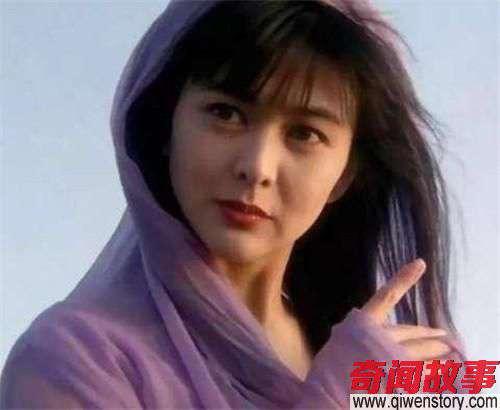 她10岁出道21岁演赵敏成名,自杀10次,被父亲浴室家暴_0