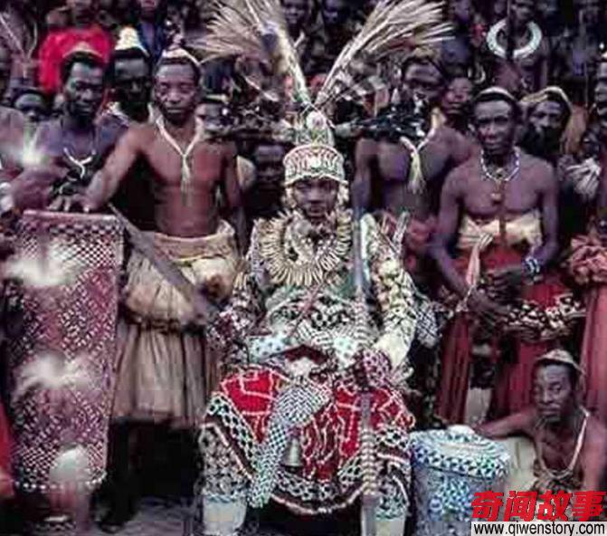 非洲酋长最多娶4000个妻子,生65个孩子,临终还要妻子陪葬