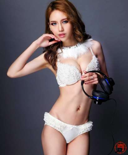 台湾美女穿超级性感内衣拍摄DJ宣传照