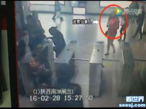 老外地铁逃票被抓还是个美女网友以貌取人的毛病要改