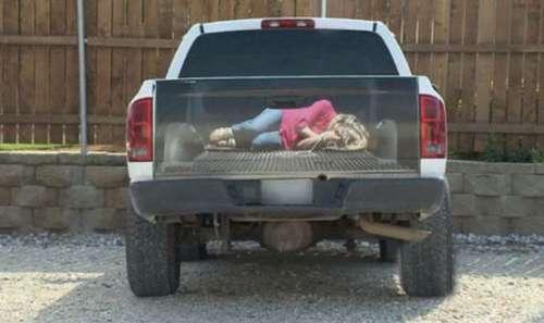 女子停车场拿车看到车上有一绑架的少女打电话给老公后笑了