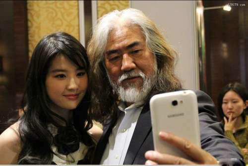 刘亦菲与张纪中玩自拍