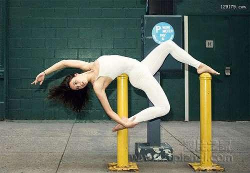 瑜伽女教练街头展现瑜伽魅力完美身姿引人驻足