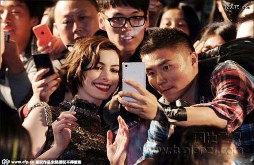 安妮海瑟薇中国首秀与粉丝玩自拍