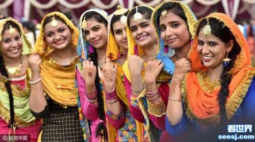 印度女子盛装欢庆提吉节莎丽美女齐自拍