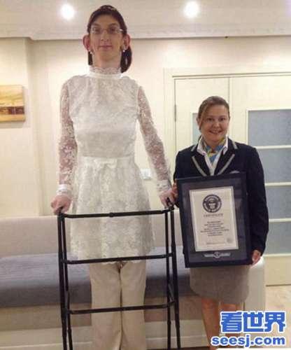 土耳其十七岁美少女怪人以2126净身高获得世界吉尼斯少年身高纪录