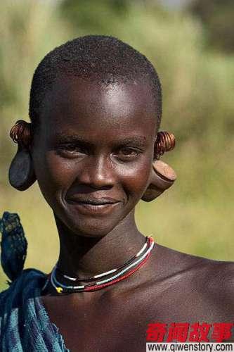 跟非洲人握手握手的力气越大他们越高兴