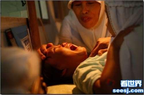 揭秘印尼女孩割礼手术女孩阴蒂被全部剔除残忍至极