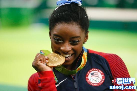 揭秘运动员咬金牌传统有人因此崩断门牙