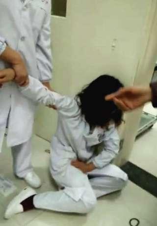 女子因为输液针孔出血而脚踢怀孕护士,丈夫也来对该护士一阵痛斥 ,夫妻俩都受到严重处罚