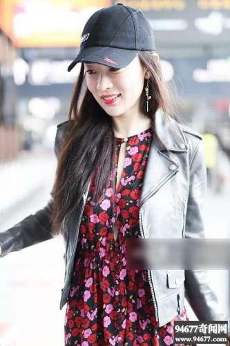 霍思燕印花长裙清新甜美,微笑任拍明媚动人,手上包包酷似便当袋