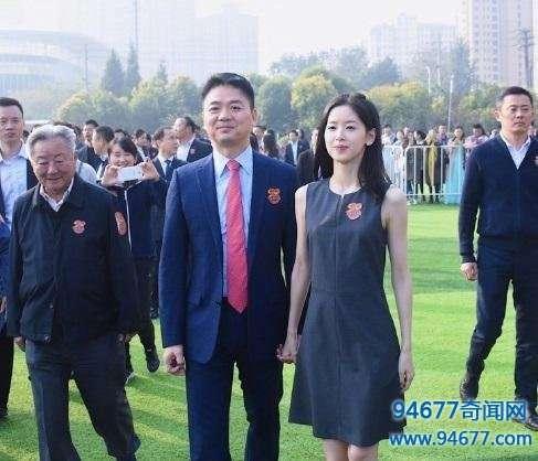 刘强东和娇妻出行,一个小动作,暴露刘强东家庭地位!