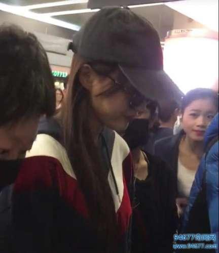唐嫣现身机场,露迷人微笑,被粉丝热情拥挤,不见罗晋当护花使者