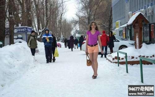 俄罗斯妹子体格彪悍如虎,零下10度穿短袖、短裤就出门了