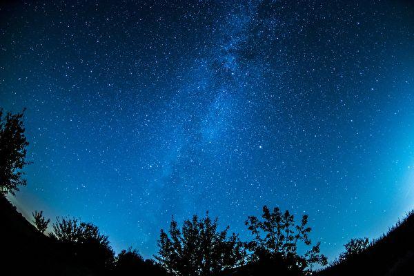 """科学家探索宇宙中第一缕""""星光"""""""