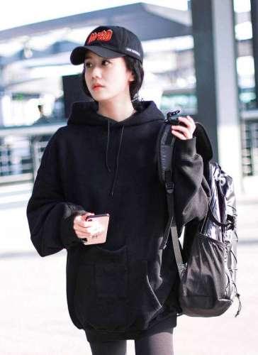 刘芸机场玩转街头风身着帅气卫衣完美演绎酷girl