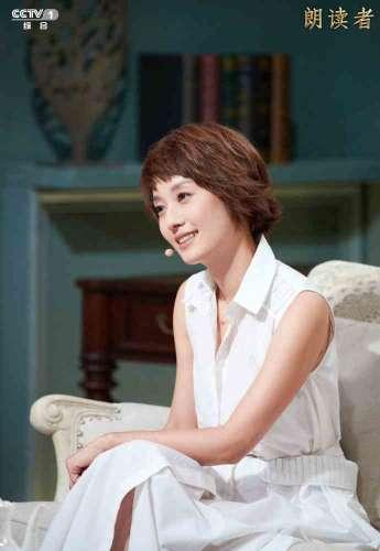 马伊琍清新白裙温婉优雅动情朗读杨绛先生作品