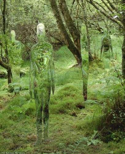 """艺术家建造森林镜面人形雕像 颇似""""铁血战士"""""""