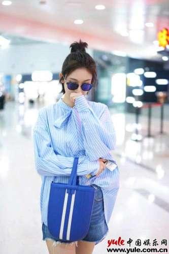张俪蓝色系装扮清新亮相将初秋衬衫时尚进行到底