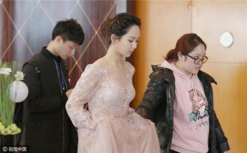 杨紫穿薄纱裙现身性感背部诱人