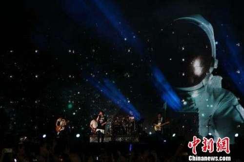 五月天演唱会成都开唱大雨难挡歌迷热情