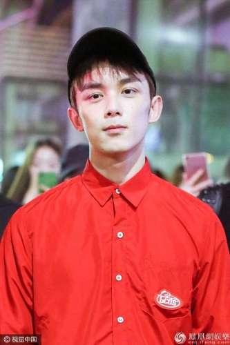 红衣少年吴磊短裤衬衫玩小清新脸上痘痘隐现