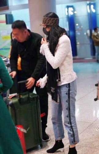 刘亦菲机场照被嘲像大妈身旁的妈妈却被赞气质优雅有品位