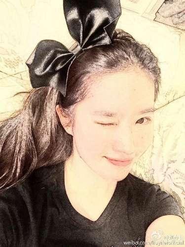 萌妹子刘亦菲万圣节与南瓜合影俏皮可爱