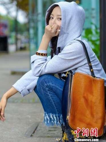 辛芷蕾最新时尚写真曝光个性穿搭展修长美腿