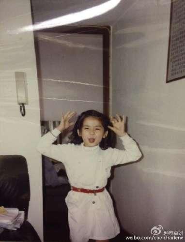 蔡卓妍童年照曝光绑马尾做鬼脸活泼可爱