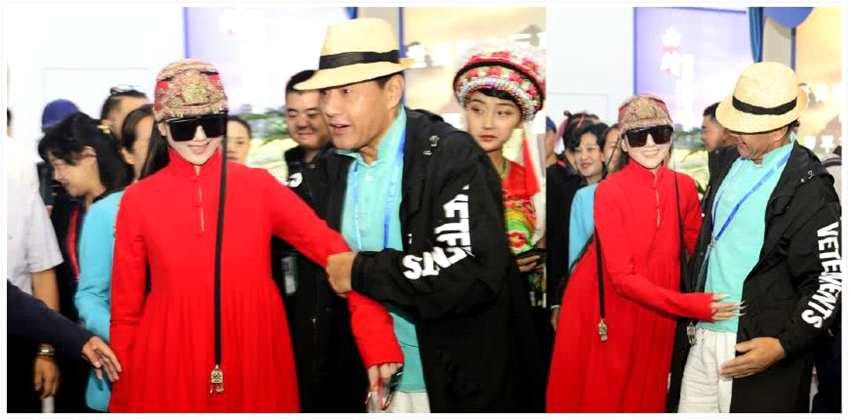 60岁杨丽萍穿中式长袍现身全程大墨镜遮脸超长指甲格外吸睛